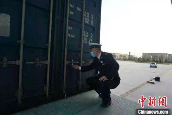 图为兰州海关工作人员对该批进口汽车进行监管。 兰州海关供图