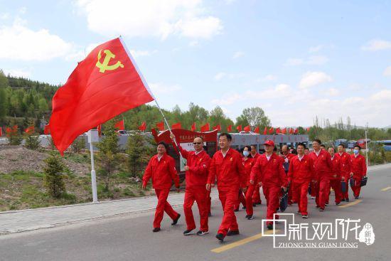 """近日,长庆采油十一厂组织党员干部前往六盘山红色革命教育基地,开展""""不忘初心 走好新的长征路""""主题党日学习活动。"""
