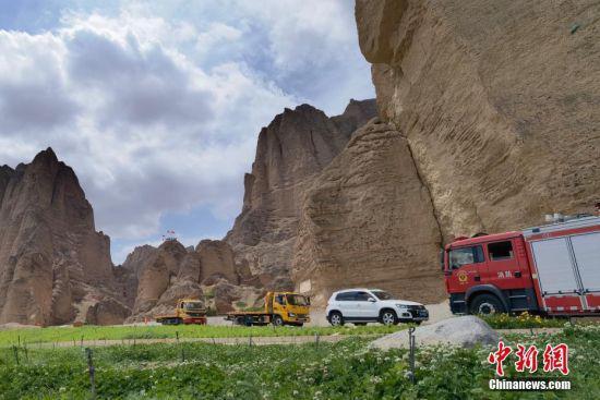 5月23日,救援人员在甘肃白银市景泰县黄河石林景区进行休整。 中新社记者 魏建军 摄
