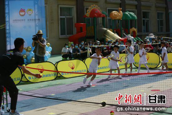 图为网球体育展演。