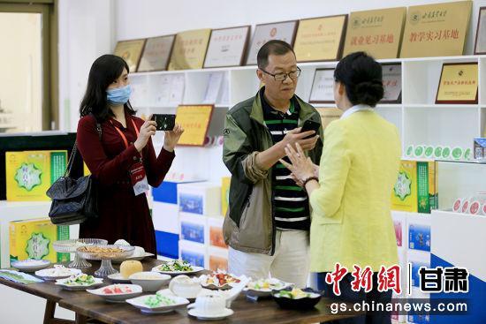 图为华文媒体代表们采访吕斐斌。