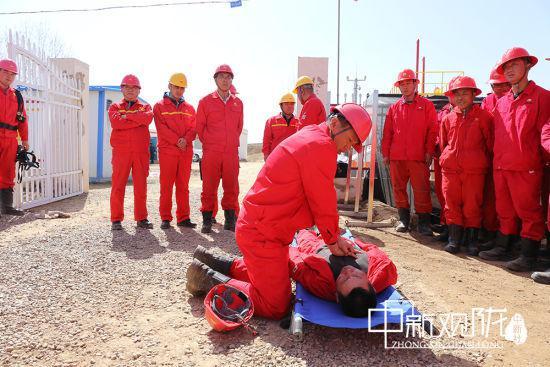 图为采油二厂开展安全培训、应急演练等活动,加强员工安全技能,实现清洁生产、绿色生产。