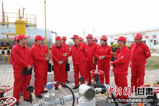 长庆采油二厂厂长、党委副书记朱广社在一线调研生产建设,明确发展思路,破解生产难题,激发上产干劲。