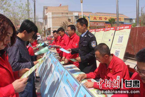6月15日,采油十一厂与镇原县公安局相关人员共同为当地百姓进行普法教育、政策宣讲。