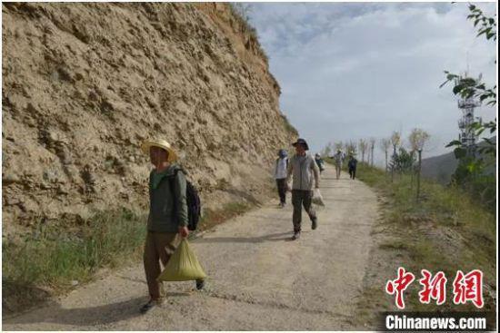 6月下旬,甘青两省启动湟水流域联合考古调查。图为联合考古调查队工作场景。 甘肃省文物考古研究所供图