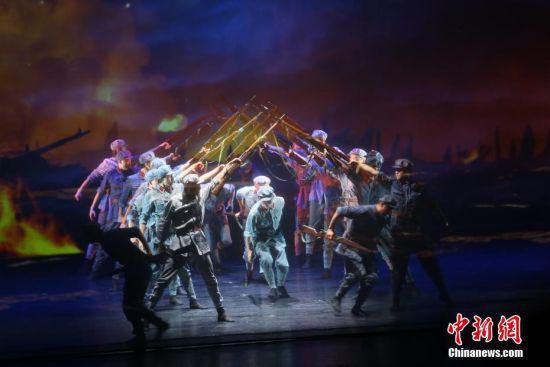 图为演员演绎舞剧《信仰》。 中新社记者 高展 摄