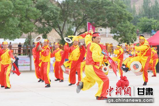 启动仪式上,演艺人员表演兰州太平鼓。高展 摄