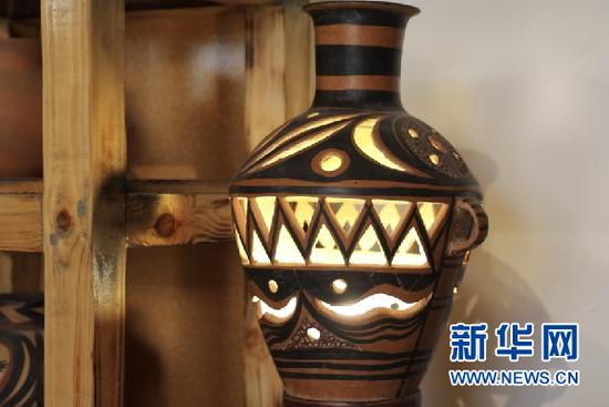 马黑麦制作的彩陶灯。新华社记者马莎 摄