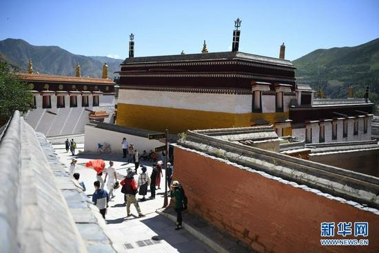 7月12日,游客在拉卜楞寺参观。新华社记者 杜哲宇 摄