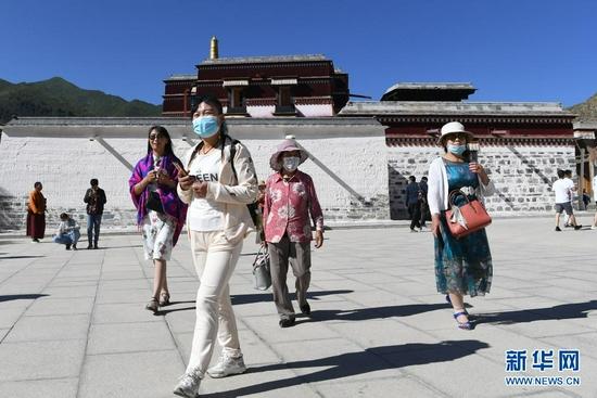 7月12日,游客在拉卜楞寺参观。新华社记者 陈斌 摄