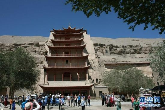 游客在敦煌莫高窟游览(7月6日摄)。新华社记者 刘诗平 摄