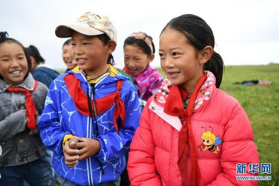 7月14日,河曲马场小学的孩子在草原上唱歌。新华社记者 杜哲宇 摄
