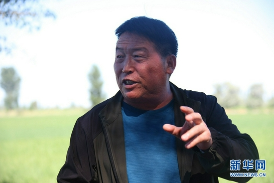 饮马农场副场长赵富强介绍农场高效节水情况(7月4日摄)。新华社记者 刘诗平 摄