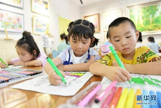 7月17日,小朋友在永靖县少年宫学习绘画。 新华社发(史有东 摄)