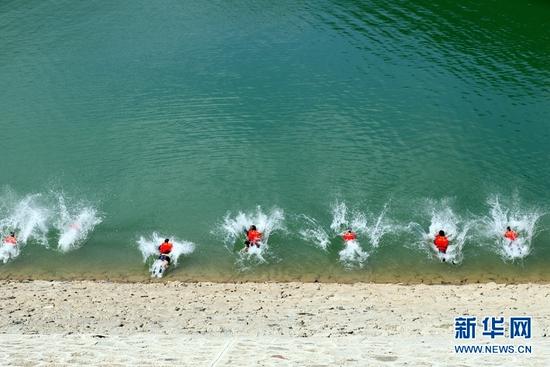 这是甘肃省森林消防总队在平凉市华亭市水库模拟实战开展水域救援训练。新华网发 (刘凯 摄)