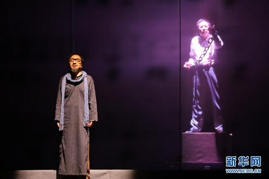 7月22日,演员在儿童剧《大豆谣》上演出。