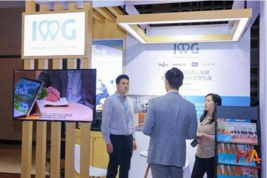 IWG集团特许经营发展总监郑锵先生在IWG展位解答观众问题