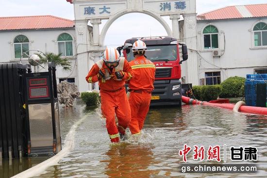 图为救援队抢险救援。