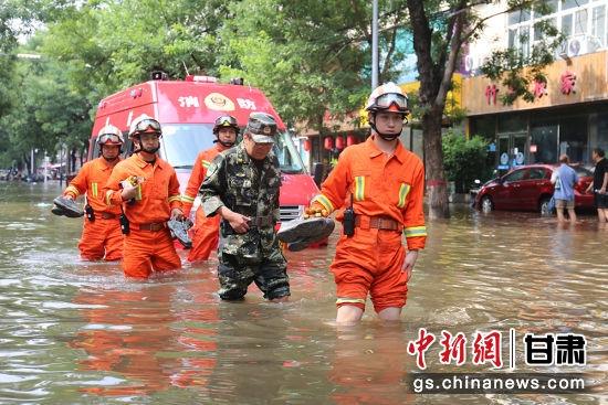 图为长庆采油二厂应急救援队赶往救援现场。