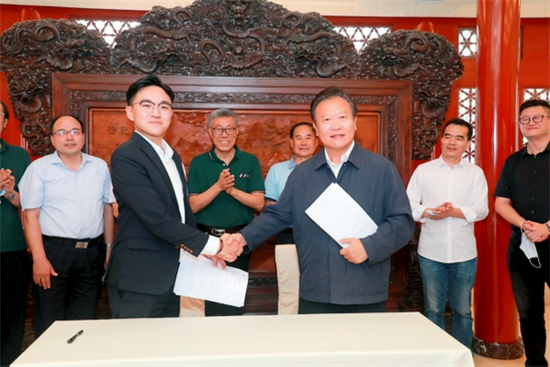 第十二届全国人大常委会副秘书长,中国留学人才发展基金会理事长曹卫洲同志与捐赠人马来西亚华侨罗浩文先生签署捐赠协议