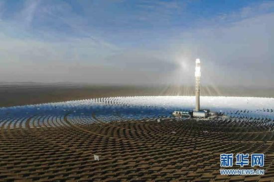 2021年2月24日拍摄的敦煌100兆瓦熔盐塔式光热电站(无人机照片)。新华社记者 马希平 摄