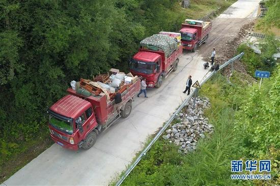 在舟曲县果耶镇虎家梁村,装满物品的搬家车辆准备前往转运点(8月5日摄,无人机照片)。新华社记者 范培珅 摄