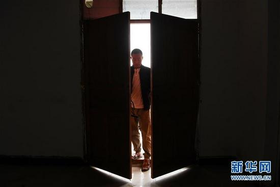 在舟曲县果耶镇虎家梁村,虎吾成搬完物品后关闭屋门(8月5日摄)。新华社记者 范培珅 摄