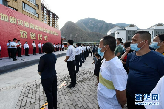 在舟曲县地质灾害避险搬迁首批搬迁群众转运点,虎吾成(前右二)参加搬迁群众欢送仪式(8月7日 摄)。新华社记者 范培珅 摄