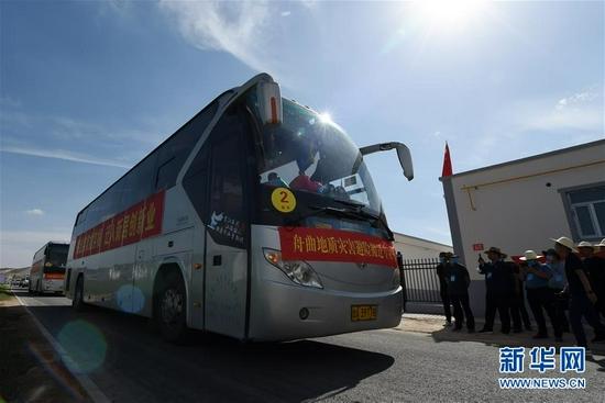 8月7日,虎吾成乘坐的客车车队抵达兰州新区。 新华社记者 范培珅 摄