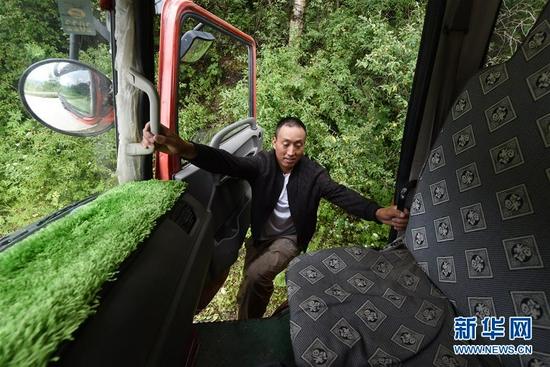 在舟曲县果耶镇虎家梁村,虎吾成登上搬家车辆前往搬迁转运点(8月5日摄)。 新华社记者 范培珅 摄