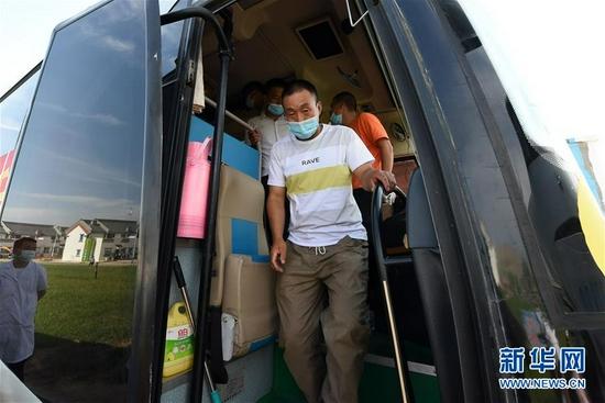 8月7日,在兰州新区,虎吾成走下客车。 新华社记者 范培珅 摄