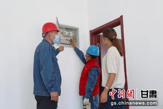 西岔供电所工作人员为用户讲解电表标识辨别。