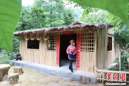 图为甘肃康县境内的美丽乡村,依托乡村旅游,村民将屋子打造成酿酒农舍吸引游客。(资料图) 闫姣 摄