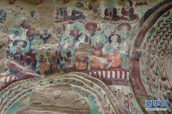 水帘洞石窟群摩崖浮雕造像上的壁画(8月18日摄)。新华社记者 何问 摄