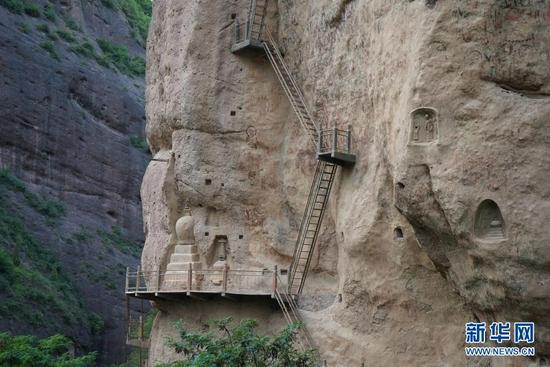 这是水帘洞石窟群拉梢寺崖壁上的栈道和舍利塔(8月18日摄)。新华社记者 王紫轩 摄