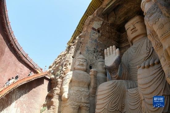 8月20日,游客在完成修复的天梯山石窟第13窟参观。新华社记者 陈斌 摄