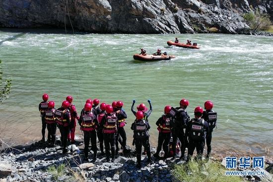 甘肃省森林消防总队张掖市支队指战员在进行顶流定艇训练。新华网发 (陈文彪 摄)