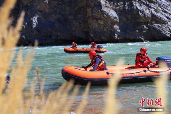 图为森林消防员进行顶流定艇训练。陈文彪 摄