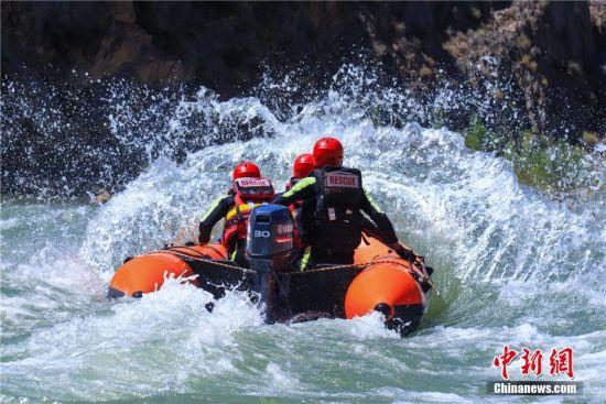 连日来,甘肃省森林消防总队张掖市支队指战员开展为期五天的的水域救援训练。