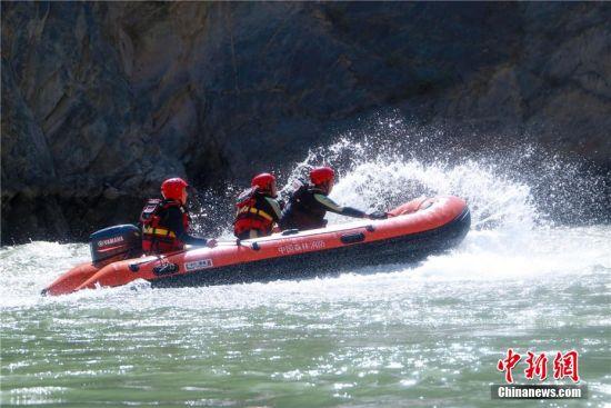 图为甘肃省森林消防总队张掖市支队指战员开展为期五天的的水域救援训练。陈文彪 摄