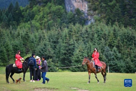 游客在扎尕那景区内骑马游览(8月28日摄)。新华社记者 陈斌 摄