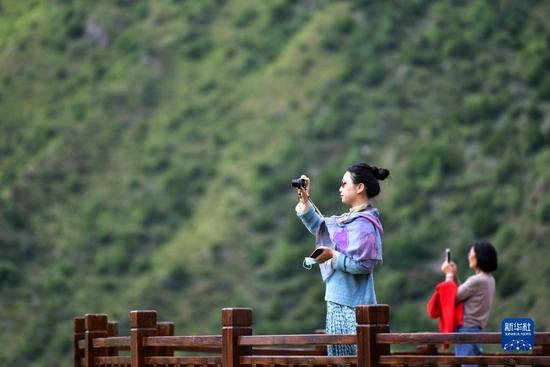游客在扎尕那景区内游览拍照(8月28日摄)。新华社记者 陈斌 摄
