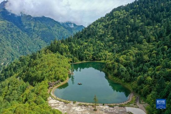 这是8月26日拍摄的官鹅沟国家森林公园内的泽荡湖(无人机照片)。新华社记者 马希平 摄