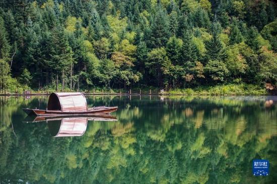 这是8月26日拍摄的官鹅沟国家森林公园内的泽荡湖。新华社记者 马希平 摄