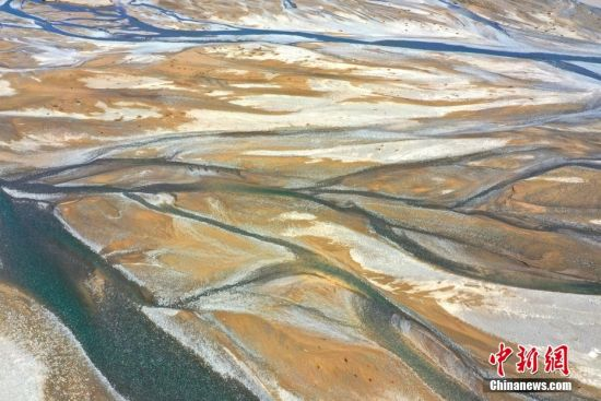 8月27日,俯瞰甘肃省酒泉市疏勒河河道,河流曲线与泥沙相间,色彩奇妙,好似油画。 中新社发 吴学珍 摄 图片来源:CNSPHOTO
