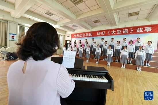 9月1日,在兰州市第十二中学,该校合唱团排练演唱歌曲《大豆谣》。新华社记者 范培珅 摄