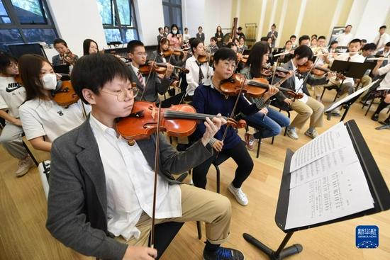 9月1日,在兰州市第十四中学,该校管乐团演奏《大豆谣》。新华社记者 范培珅 摄