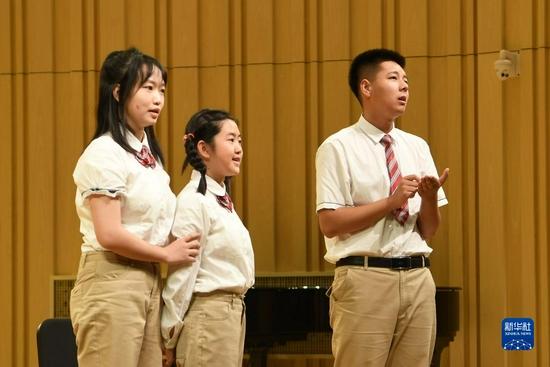 9月1日,在兰州市第十四中学,该校社团学生排练儿童剧《大豆谣》。新华社记者 范培珅 摄