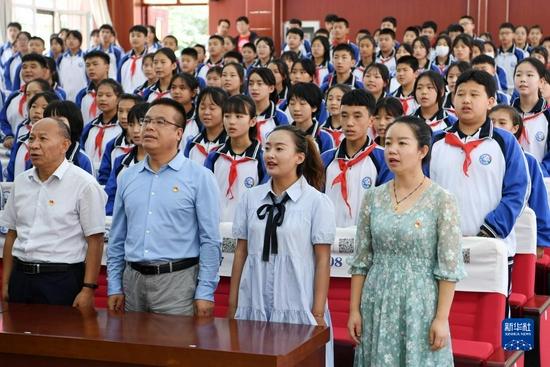 9月1日,在兰州市第十二中学,师生共唱《大豆谣》。新华社记者 范培珅 摄