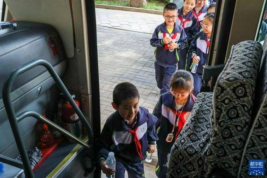 9月2日,渭州学校的学生们登上校车,准备前往校外社会实践基地。新华社记者 白丽萍 摄